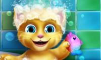 Малышка Джинджер принимает ванну