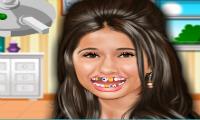 Emmanuelle Chriqui dal dentista