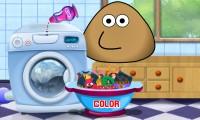 Pou tvättar kläder