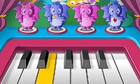 Mjukisdjur spelar piano